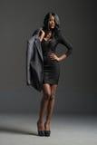 Schwarzes Mode-Modell, das stilvolle Garderobe trägt lizenzfreies stockfoto