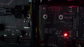 Schwarzes Motherboard mit roter LED stock video