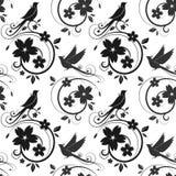 Schwarzes nahtloses Muster der Vögel und der Blüten Lizenzfreie Stockbilder