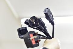 Schwarzes Netzanschlusskabel und Bolzen stockbilder