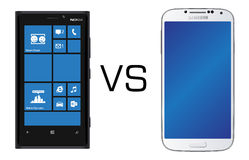 Schwarzes Nokias Lumia 920 gegen Schwarzes Samsungs-Galaxie S4 stockbild