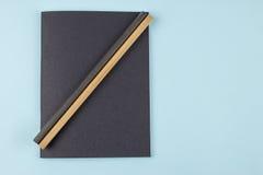 Schwarzes Notizbuch und Bleistifte Lizenzfreies Stockbild