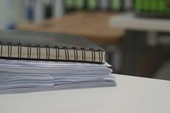 Schwarzes Notizbuch und Stapel des Datendokuments stockfotografie