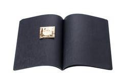 Schwarzes Pappnotizbuch mit goldenem Kondom Lizenzfreie Stockbilder