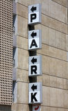 Schwarzes PARK-Zeichen auf der Wand Lizenzfreies Stockfoto