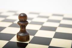 Schwarzes Pfand auf einem Schachvorstand Stockfotografie