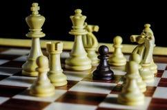 Schwarzes Pfand gegen alle weißen Stücke Lizenzfreie Stockfotos