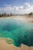 Schwarzes Pool im Westdaumen-Geysir-Becken Stockfotos