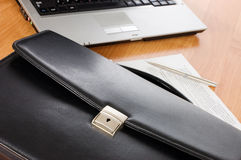 Schwarzes Portefeuille und der Computer Stockbilder
