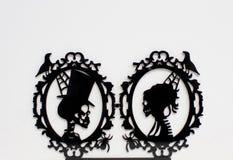 Schwarzes Porträt von liebevollen Skeletten und schwarze Spinnen lizenzfreie stockfotos