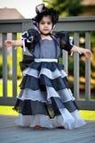 Schwarzes Prinzessinkleid und -mütze Stockbild