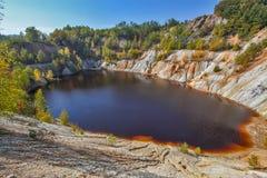 Schwarzes R?ckhaltebecken und H?gel - Bergbau und Produktion des Kupfers in Bor, Serbien lizenzfreie stockfotos