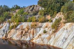 Schwarzes R?ckhaltebecken und H?gel - Bergbau und Produktion des Kupfers in Bor, Serbien stockbilder