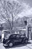 Schwarzes Retro- Auto Krim auf einem Hintergrund von Bergen Stockfoto