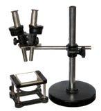 Schwarzes Retro- des Mikroskops getrennt Lizenzfreie Stockfotografie