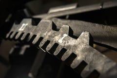 Schwarzes Roheisenzahnrad stockbild