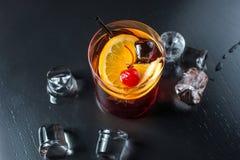 Schwarzes russisches Cocktail mit einer Kirsche und einer Orange Lizenzfreies Stockfoto