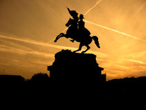 Schwarzes Schattenbild des Monuments des Pferdereiters auf Hintergrund des gelben Sonnenuntergangs Stockbilder