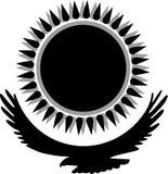 Schwarzes Schattenbild eines Adlers unter der schwarzen Sonne mit konischen Strahlen, im Vektor Stockfotos