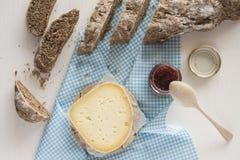 Schwarzes selbst gemachtes Brot geschnitten mit Käse und Stau Stockbild