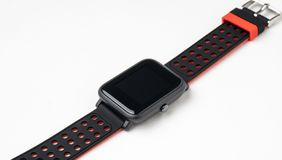 Schwarzes smartwatch auf weißem Hintergrund lizenzfreie stockfotos