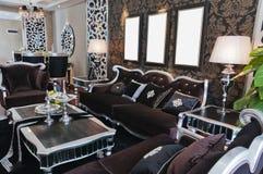 Schwarzes Sofa auf schwarzer Wand Stockfotos