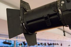 Schwarzes Stadiumslicht auf einer Stahlkonstruktionsunterstützung Stockfoto