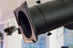 Schwarzes Stadiumslicht auf einer Stahlkonstruktionsunterstützung Stockfotografie