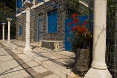 Schwarzes Steinhaus mit blauen Fenstern Lizenzfreies Stockfoto