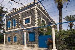 Schwarzes Steinhaus mit blauen Fenstern Stockbild