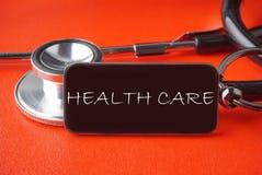 Schwarzes Stethoskop auf rotem Hintergrund stockbild