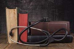 Schwarzes Stethoskop und Bücher Lizenzfreies Stockbild