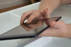 Schwarzes Tablet in der Hand Lizenzfreies Stockfoto