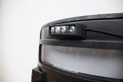 Schwarzes taktisches ballistisches Schild mit Blitzlicht auf whi Stockfotos