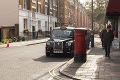 Schwarzes Taxi ist auf der Straße von London Lizenzfreies Stockbild