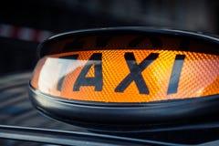 Schwarzes Taxi in zentralem London lizenzfreies stockfoto