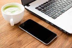 Schwarzes Telefon der Nahaufnahme auf Schreibtisch stockfotos