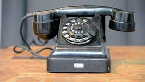 Schwarzes Telefon der Weinlese mit Alphabet nummeriert, Retro- Technologieverschiedenartigkeit, stock video footage