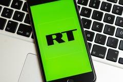 Schwarzes Telefon mit Logo von Nachrichtenmedien Russia Today Funktelegrafie auf dem Schirm stockfotos