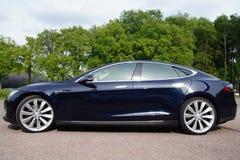 Schwarzes Tesla fährt vorbildliches S - Sideview Stockfotografie