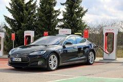 Schwarzes Tesla-Taxi an der Überverdichter-Station stockbilder