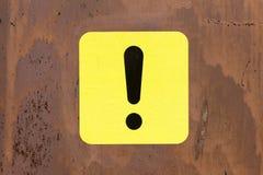 Schwarzes und gelbes Ausrufezeichen Stockfoto