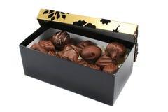 Schwarzes und Gold GiftBox mit Schokoladen Stockfoto