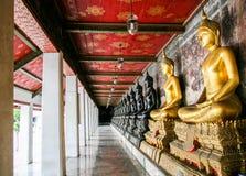 Schwarzes und goldenes Bild des Mönchs von Buddha Stockfotos