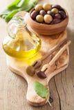 Schwarzes und grünes mariniertes Olivenöl-Salbeiblatt Lizenzfreie Stockfotos