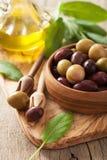 Schwarzes und grünes mariniertes Olivenöl-Salbeiblatt Stockfoto