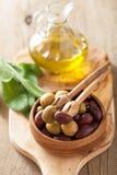 Schwarzes und grünes mariniertes Olivenöl-Salbeiblatt Stockbilder