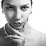 Schwarzes und Wightschönheitsportrait einer reizvollen Frau Lizenzfreie Stockfotos