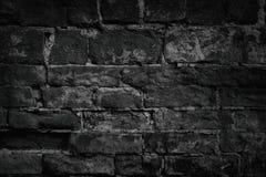 Schwarzes verwitterte zerfallene Backsteinmauer als Hintergrund Lizenzfreie Stockbilder