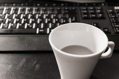 Schwarzes weißes einfarbiges Kaffeetasse-Morgen-Tastatur-Arbeitsplatz-DES stockfotografie
